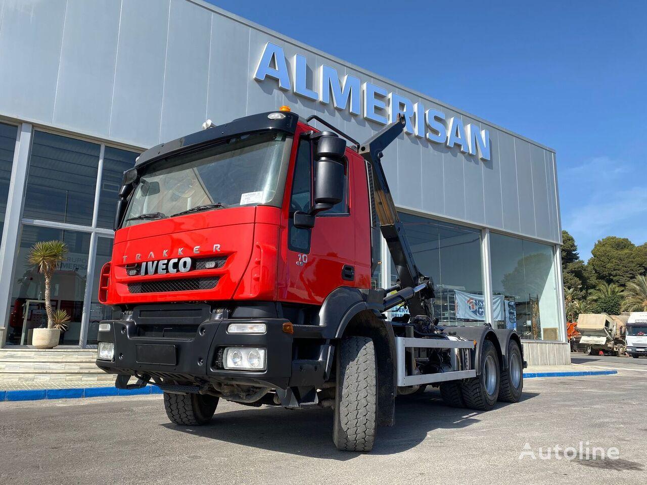 IVECO AD26T41  camión con gancho