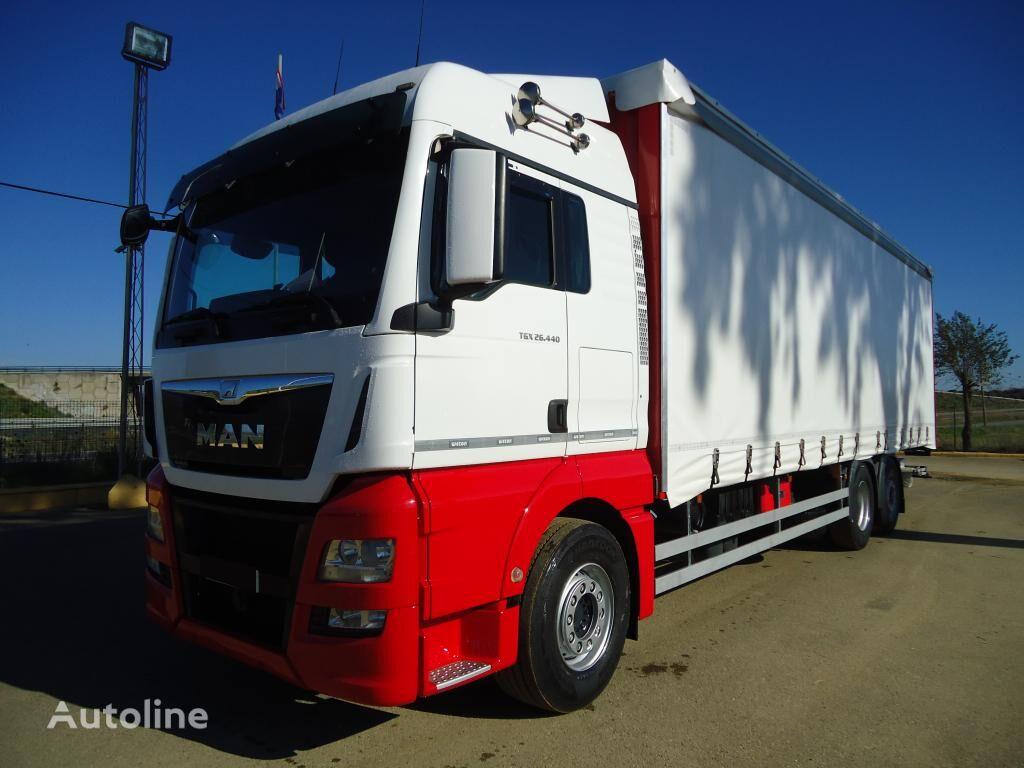 MAN TGX 26 440 camión con lona corredera
