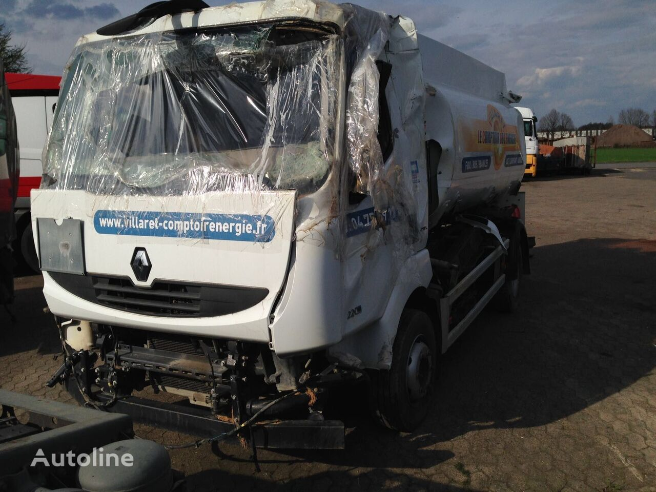 camión de combustible RENAULT MIDLUM 220 DXI después del accidente