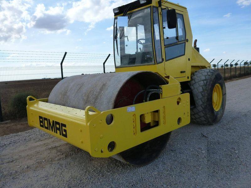 BOMAG BW211D-3 compactador de tierra