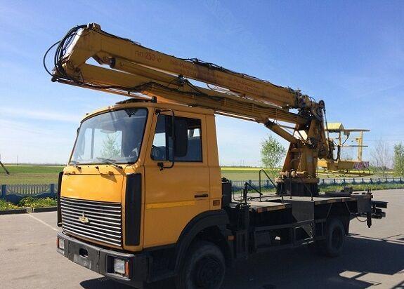 MAZ 437030 plataforma sobre camión